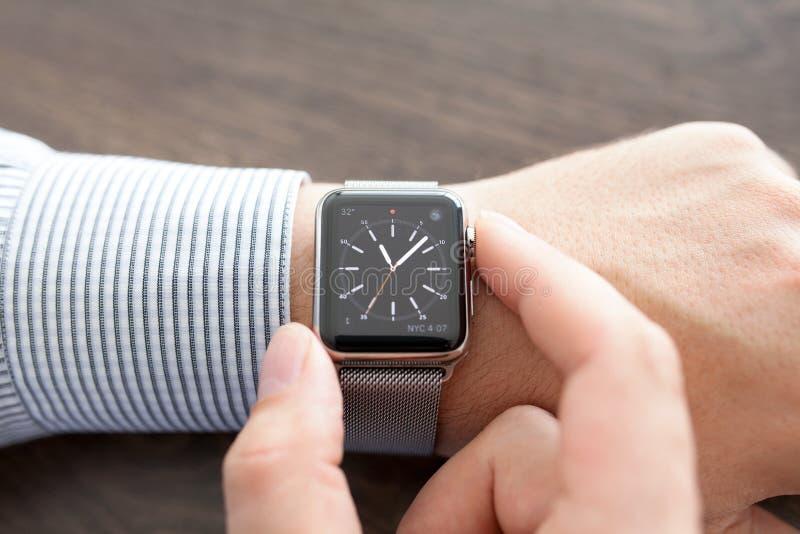Mensenhand met Apple-Horloge op het bureau royalty-vrije stock fotografie