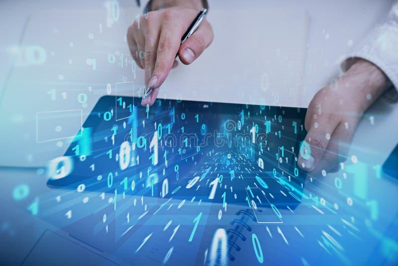 Mensenhand met tablet, binaire code royalty-vrije stock fotografie