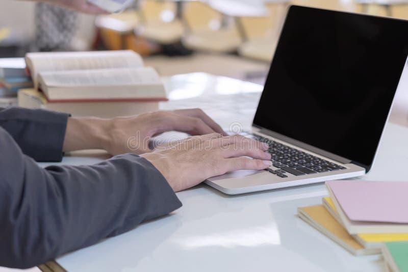 Mensenhanden die computerlaptop met behulp van Bedrijfs en onderwijsconcept royalty-vrije stock foto's
