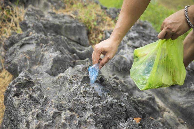 Mensenhanden die draagstoelen op rots opnemen op toerismeplaats royalty-vrije stock fotografie