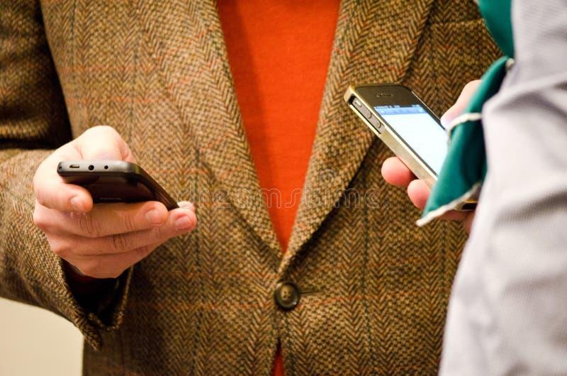 Mensenhanden met slimme telefoons stock afbeeldingen