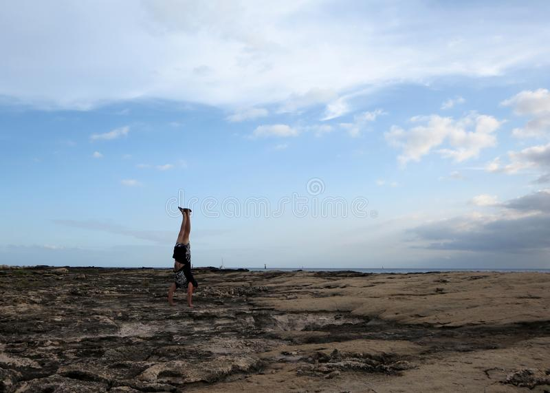 Mensenhandstanden op kustrotsen van Ko Olina royalty-vrije stock foto's
