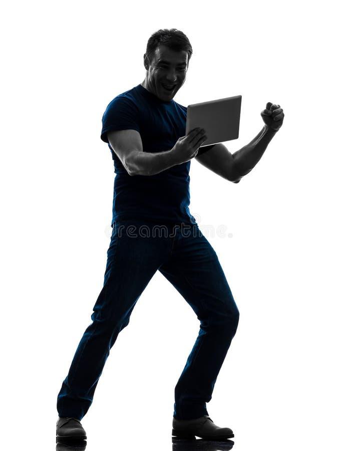 Mensenholding Die Op Digitaal Tabletsilhouet Letten Stock Foto