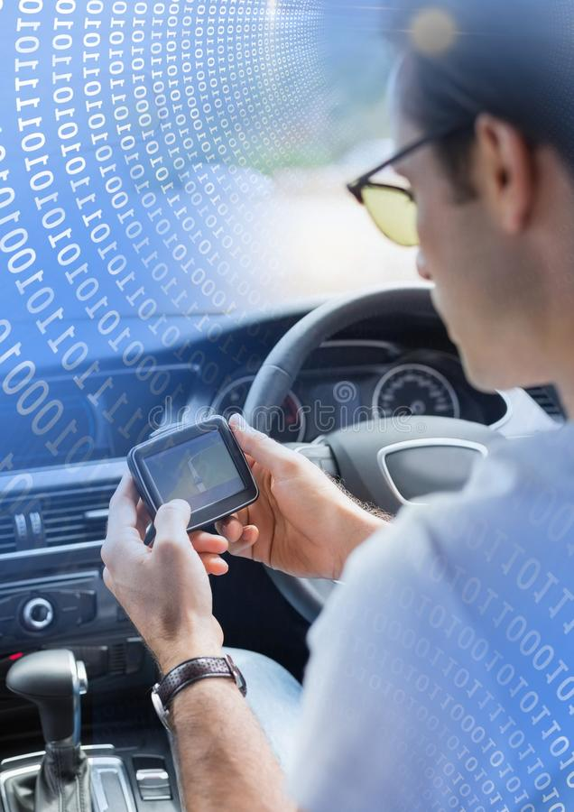 Mensenholding GPS in auto met overgangseffect stock fotografie