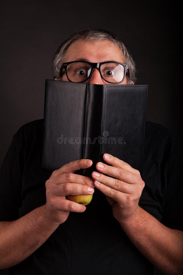 Mensenhuiden achter groot glad leerboek royalty-vrije stock afbeeldingen