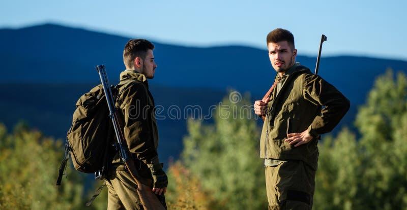 Mensenjagers met geweerkanon Boot Camp Vriendschap van mensenjagers Legerkrachten camouflage Militaire eenvormige manier stock afbeeldingen
