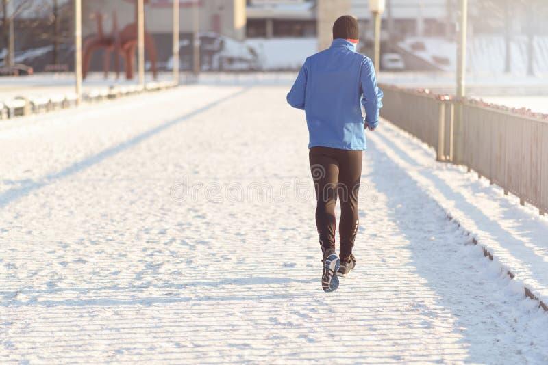 Mensenjogging in de winter stock afbeelding