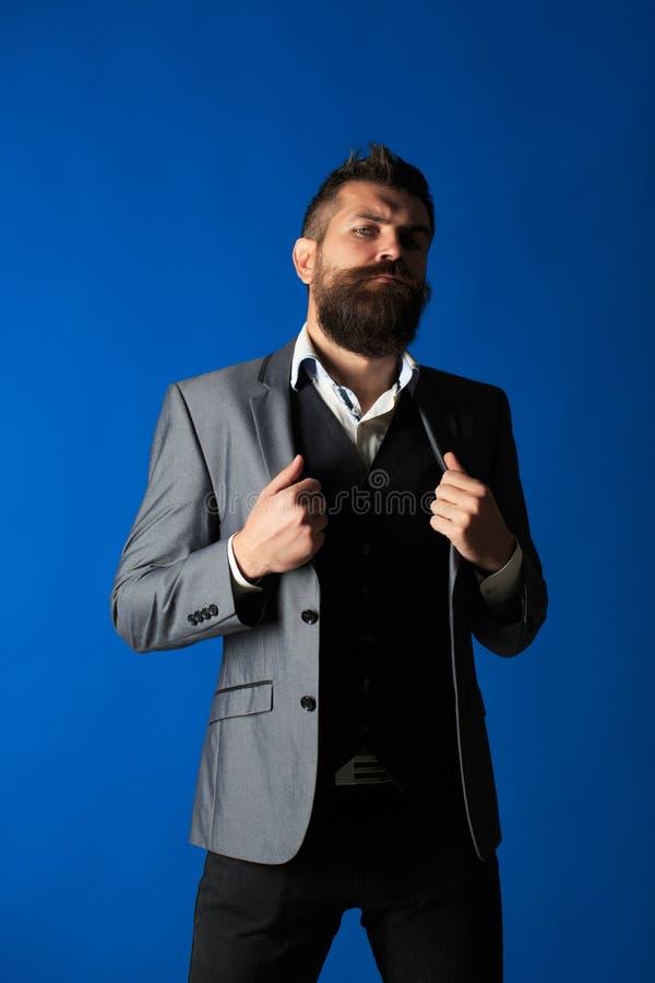 Mensenkostuum Moderne Zakenman Mannetje in kostuums Knappe gebaarde zakenman in klassiek kostuum Modieuze mens in een doekjasje stock foto's
