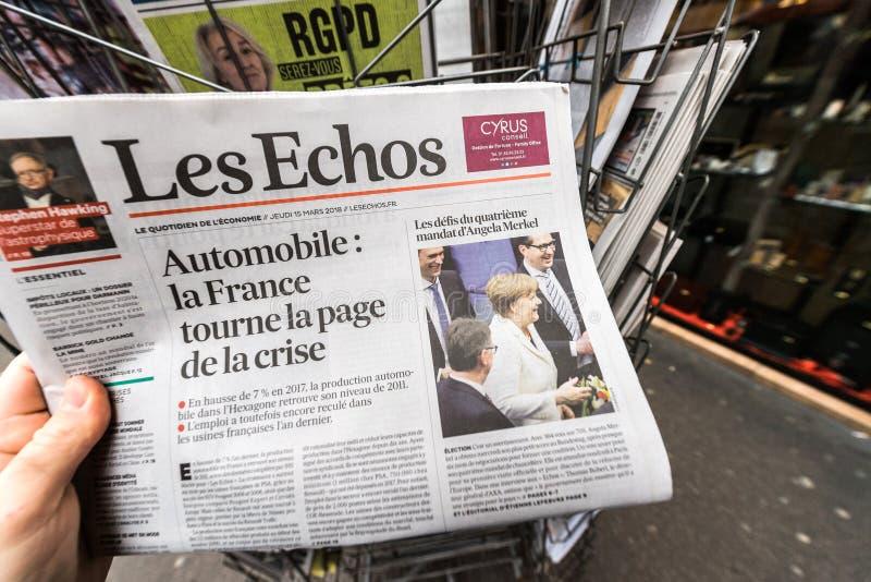 Mensenlezing die Franse Les Echos-krant kopen bij Fe van de perskiosk stock foto