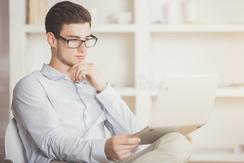 Mensenlezing iets op laptop het scherm royalty-vrije stock afbeeldingen