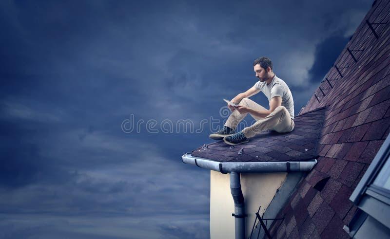 Mensenlezing op een dak royalty-vrije stock fotografie