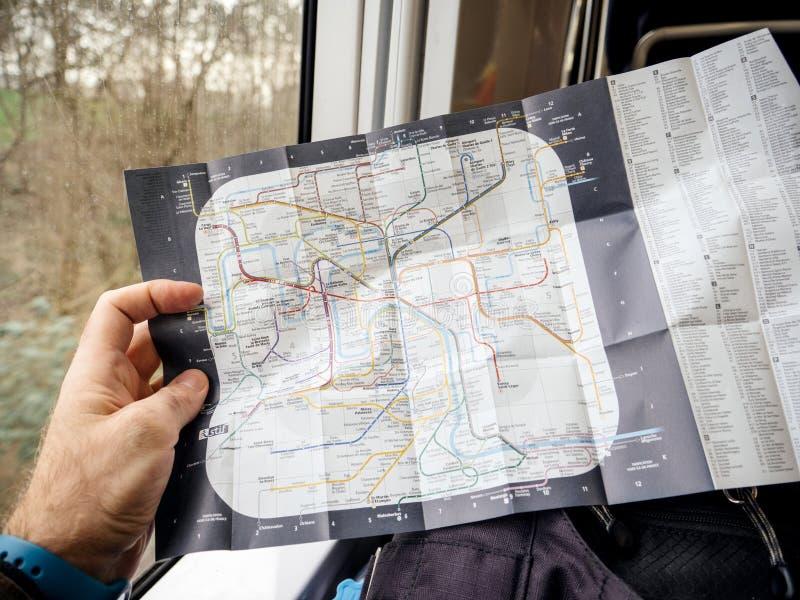 Mensenlezing in snelle RER-treinkaart van Parijse Metro stock foto's