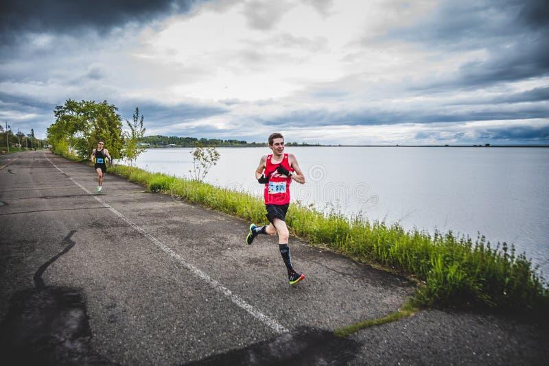 Mensenmarathonloper die laatste 500m sprinten vóór de Afwerkingslijn royalty-vrije stock foto