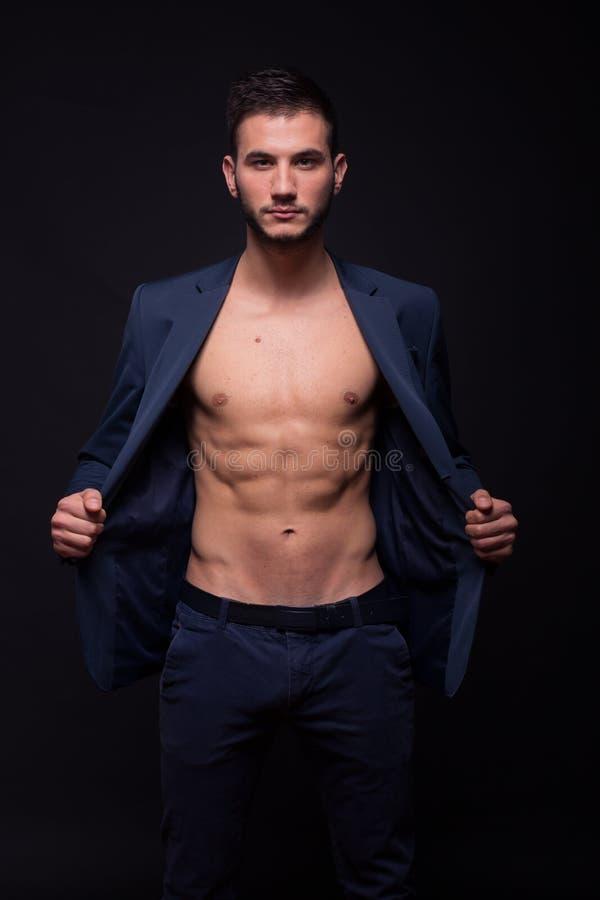 Mensenmodel die abs het geschikte slanke elegante jasje tonen van het lichaamskostuum stock afbeelding