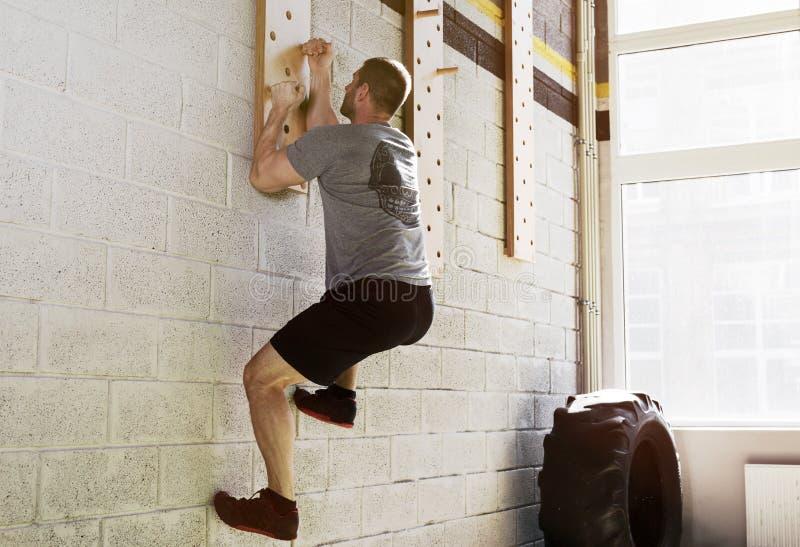 Mensenoefening op pinraad in gymnastiek royalty-vrije stock afbeeldingen