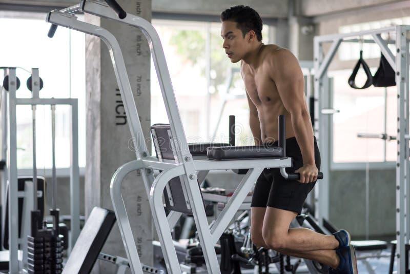 mensenoefening op wapenmachine in gymnastiek royalty-vrije stock afbeeldingen