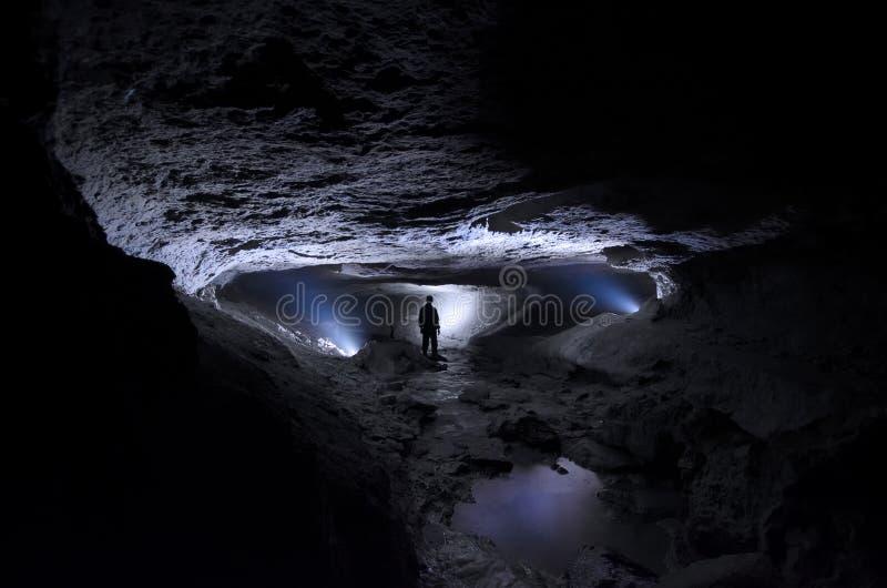 Mensenontdekkingsreiziger in hol ondergronds stock foto's