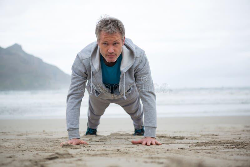 Mensenopdrukoefening op strand royalty-vrije stock fotografie