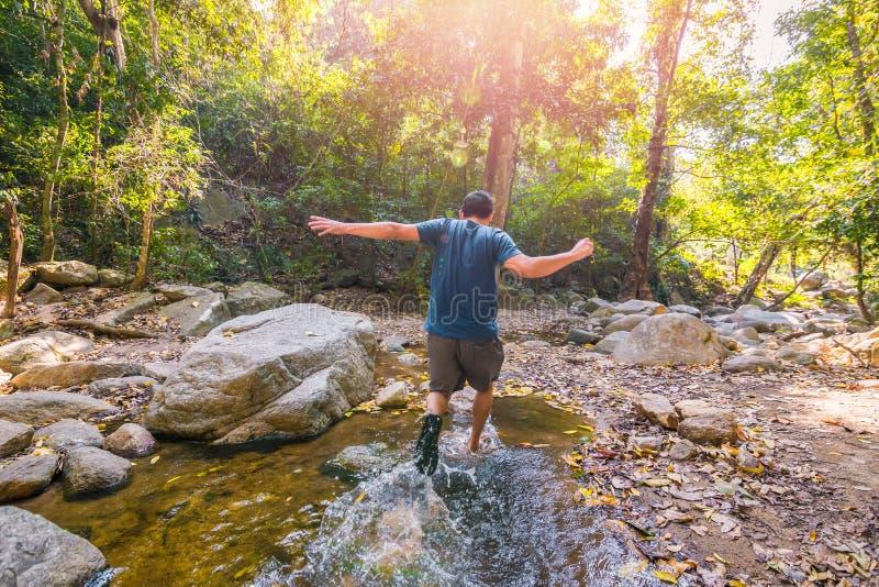 Mensenreis in het bos en het lopen binnen aan het water stock foto