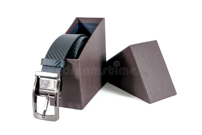 Mensenriem in een bruine doos die op witte achtergrond wordt geïsoleerd stock foto