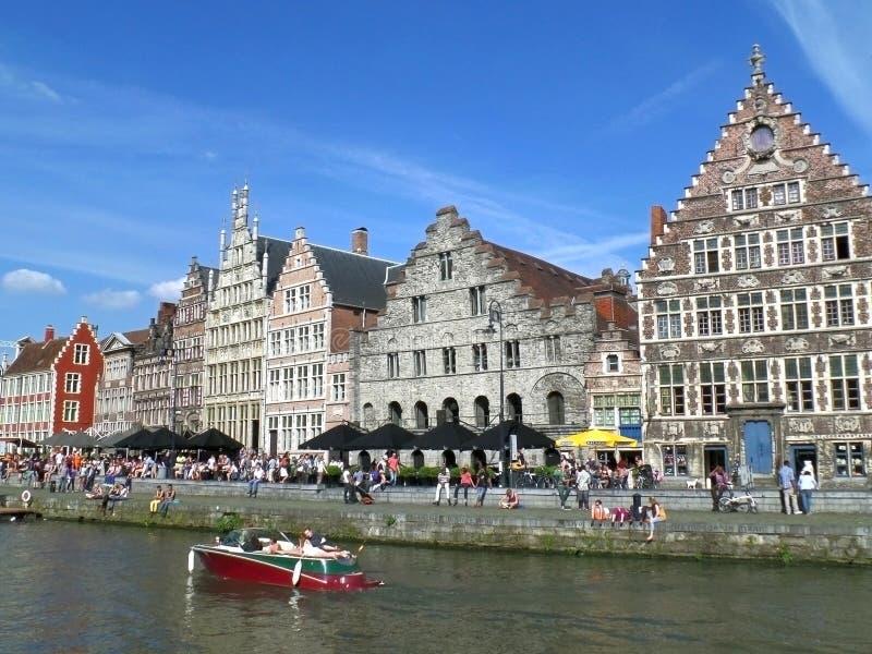 Mensenroeien en het koelen uit bij rivieroever van de oude stad van Gent, 18 Mei 2014, Gent, België stock foto's