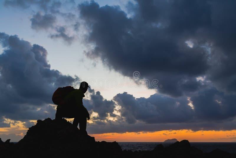 Mensensilhouet backpacker, inspirational oceaanlandschap stock afbeelding
