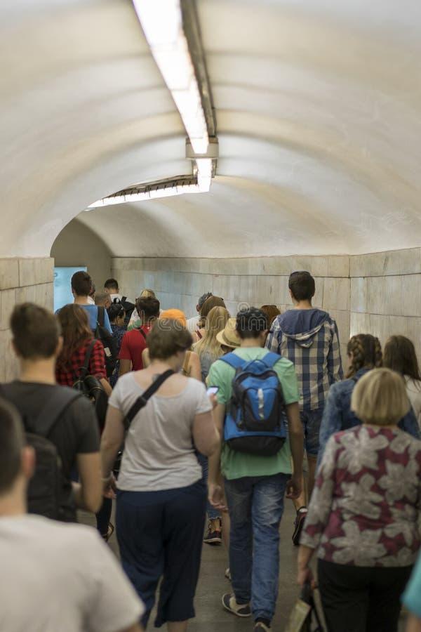 Mensensilhouetten in een metrotunnel Menigte die in een gang lopen stock afbeeldingen