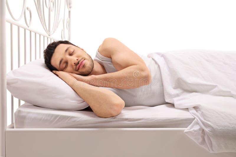 Mensenslaap comfortabel in bed stock foto