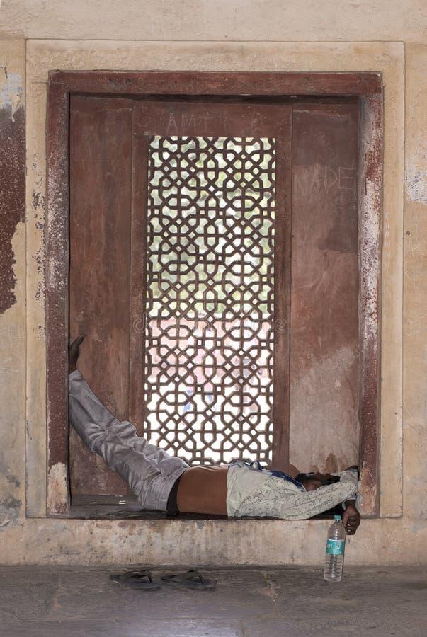Mensenslaap op een roostervenster stock afbeeldingen