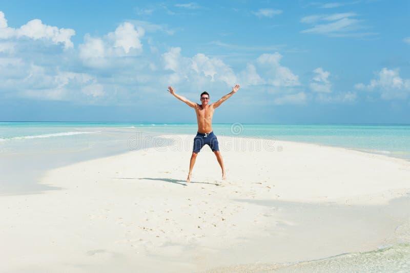 Mensensprongen op het mooie strand royalty-vrije stock afbeeldingen