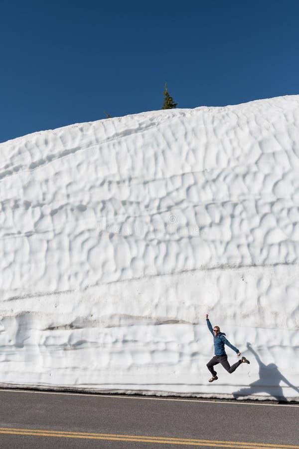 Mensensprongen in Sandals voor sneeuwafwijking stock foto