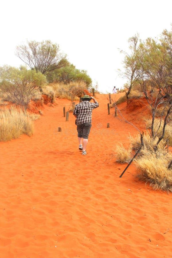 Mensenstijgingen in de rode woestijn in Australisch Binnenland stock fotografie