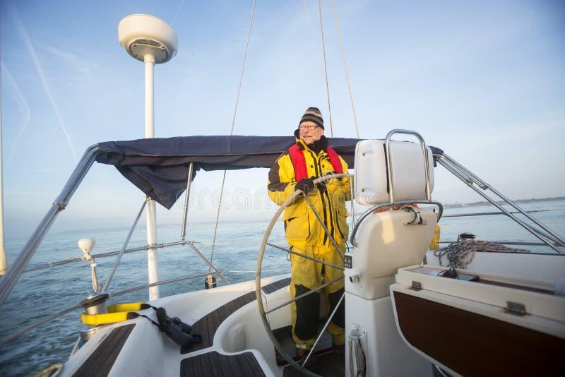 Mensenstuurwiel van Zeilboot in Overzees stock afbeeldingen