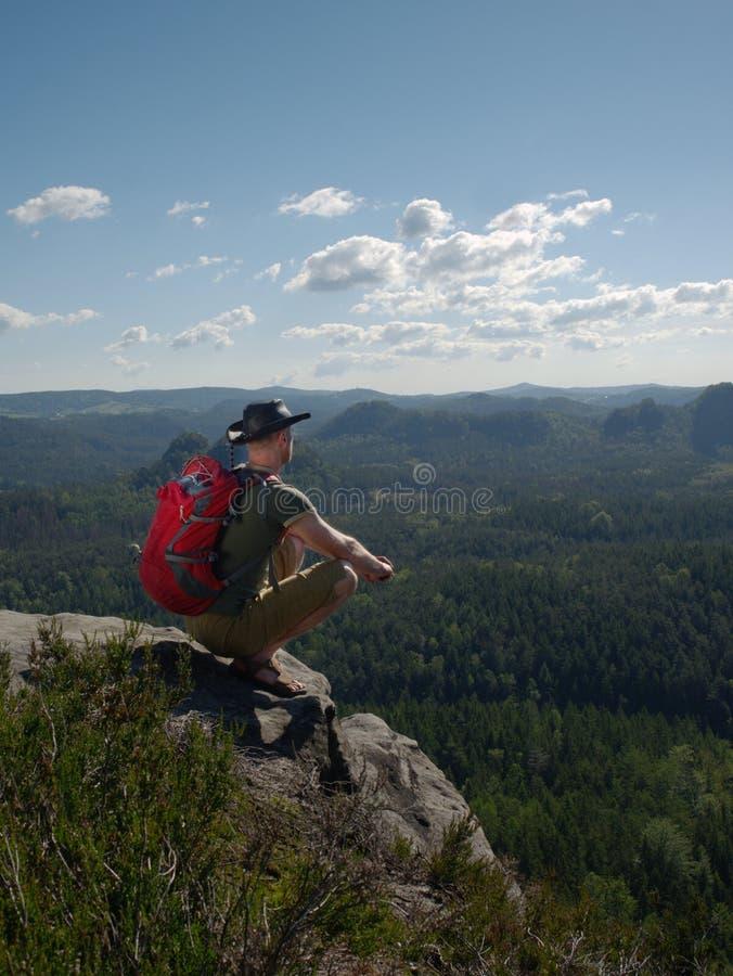 Mensentoerist boven berg tijdens een stijging in de zomer royalty-vrije stock foto's