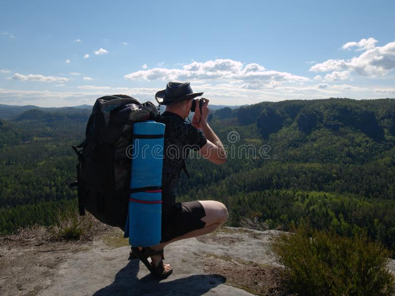 Mensentoerist boven berg tijdens een stijging in de zomer royalty-vrije stock afbeelding