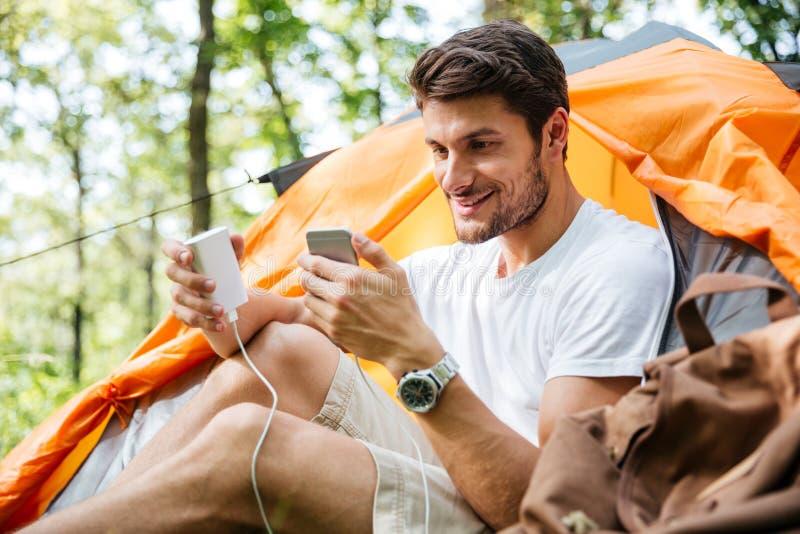 Mensentoerist het laden batterij van mobiele telefoon in toeristische tent royalty-vrije stock afbeeldingen