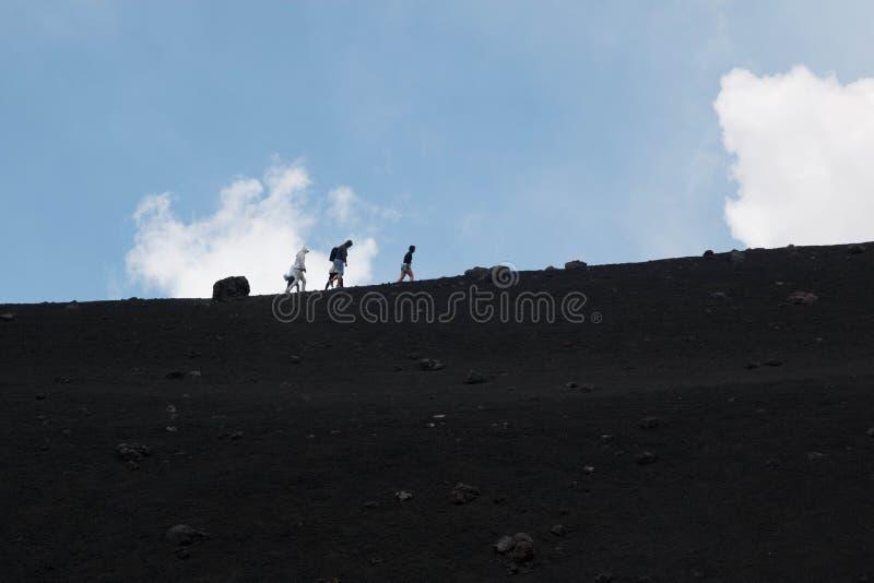 Mensentrekking op de vulkaan van Etna, Sicilië royalty-vrije stock fotografie