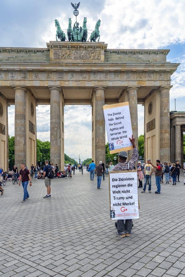 183/5000 mensentribunes van Berlin Germany 16-5-2018 A met zijn groot protestteken, waarop hij Zionists beschuldigde, die zij zou stock afbeelding