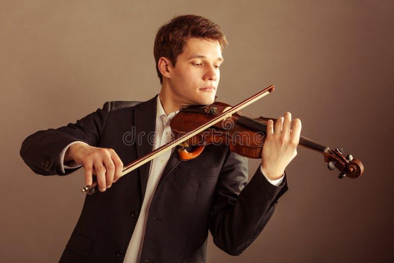 Mensenviolist het spelen viool. Klassiek muziekart. stock foto's