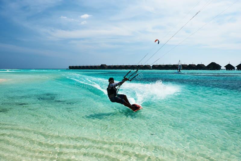 Mensenvlieger die in golven surfen royalty-vrije stock afbeelding
