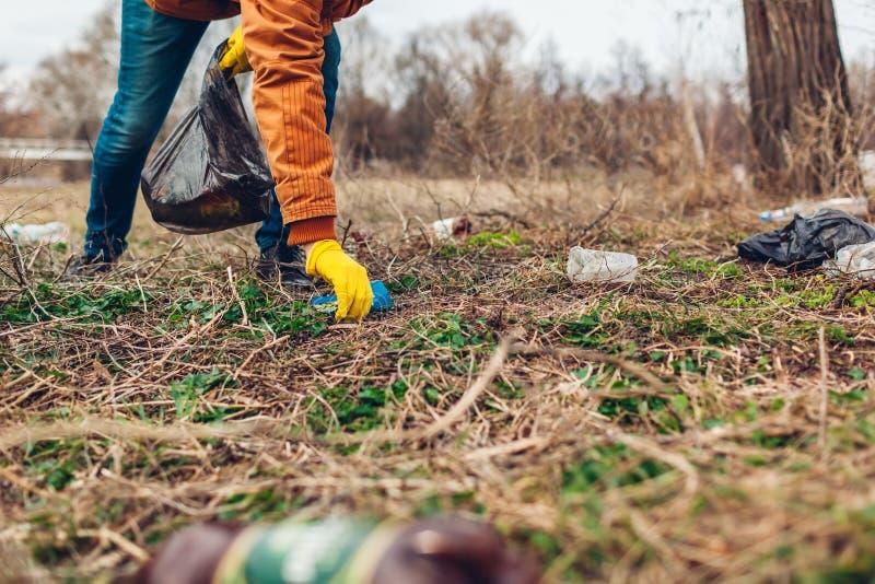 Mensenvrijwilliger die het afval in park schoonmaken In openlucht opnemend vuilnis Ecologie en milieuconcept royalty-vrije stock afbeeldingen