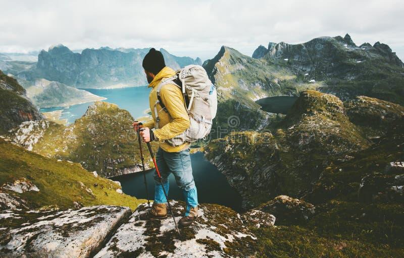 Mensenwandelaar die bergen die van Noorwegen onderzoeken gezonde levensstijl reizen stock afbeelding