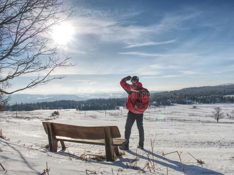 Mensenwandelaar die met rugzak aan landschap kijken royalty-vrije stock foto