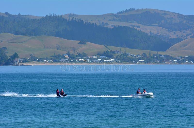 Mensenwater die over Mercury Bay New Zealand ski?en stock afbeeldingen