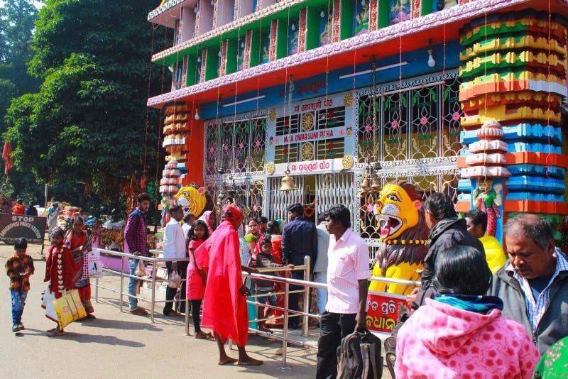 Mensenworkship bij de tempel van maadwarsuni royalty-vrije stock foto