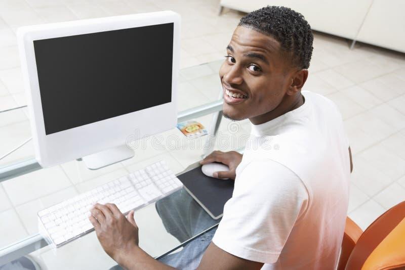 Mensenzitting bij Computer stock afbeelding