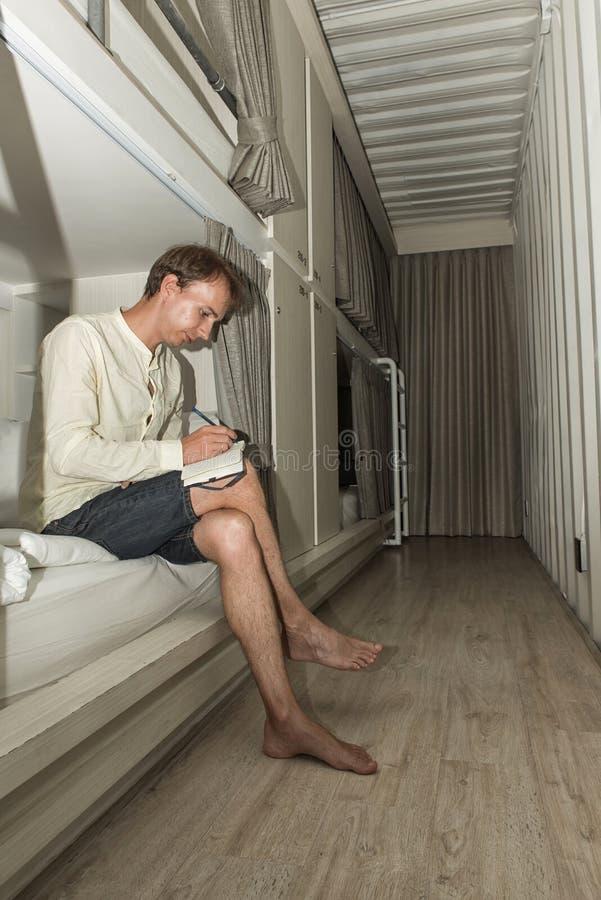 Mensenzitting in een modieuze herbergenslaapkamer stock fotografie