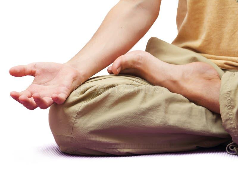 Mensenzitting in geïsoleerde meditatiepositie stock afbeelding