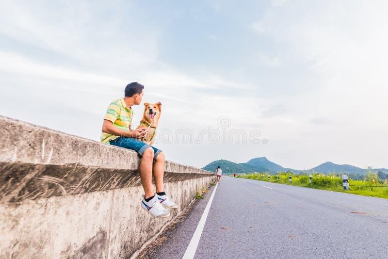 Mensenzitting met een hond en bergrug Het huisdier van de conceptenliefde royalty-vrije stock foto