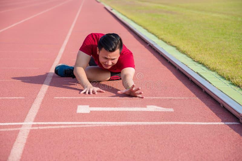 Mensenzitting op de vloer na het verliezen in de concurrentie stock afbeelding